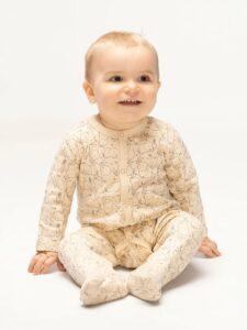 niemowlę ubrane w pajacyk